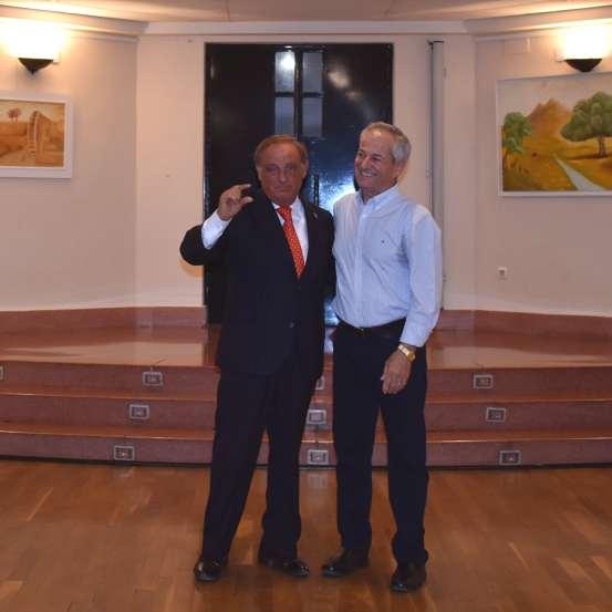 06 D. Ricardo Martínez López mostró su admiración por el artista Antonio Aráez y sus obras, en la exposición de este en el Infanta Elena de Alcantarilla