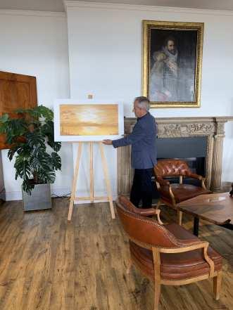06 E pintor Antonio Aráez García comprobando los últimos detalles de su exposición de pintura en AIF, Club Financiero Génova, Madrid