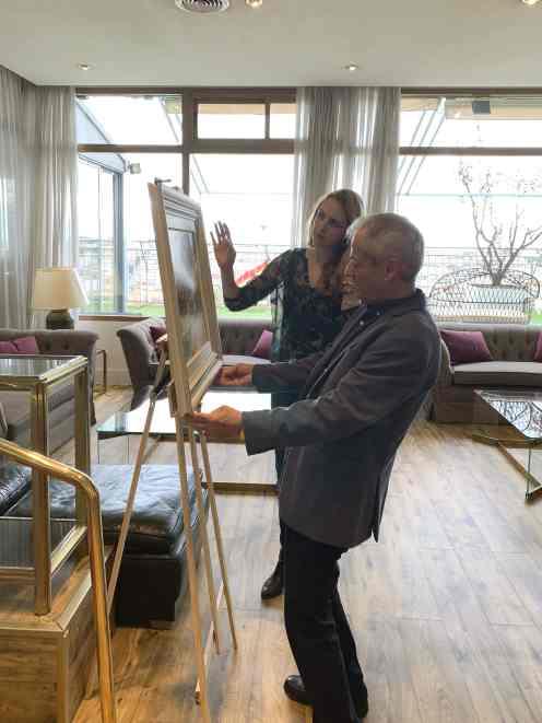 08 El pintor Antonio Aráez García con Sara Martínez comprobando los últimos detalles de su exposición de pintura en AIF, Club Financiero Génova, Madrid
