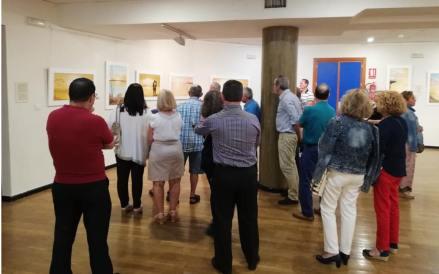 09 Improvisada visita guiada en el CC Infanta Elena de Alcantarilla, durante la inauguración de las obras del pintor Antonio Aráez García