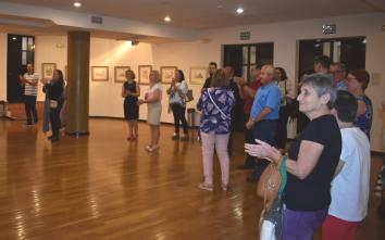 10 Improvisada visita guiada en el CC Infanta Elena durante la inauguración de las obras del pintor Antonio Aráez García