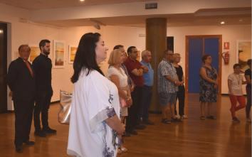 12 Improvisada visita guiada en el CC Infanta Elena durante la inauguración de las obras del pintor Antonio Aráez García