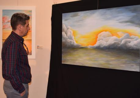 15 El ingeniero Miguel Angel, seguidor del pintor Antonio Aráez García, observa una de las obras del artista