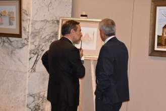 18 El delegado de gobierno Francisco Jimenez muy atento a las explicaciones del pintor Antonio Aráez durante la inauguración de la exposición en el Siete Coronas