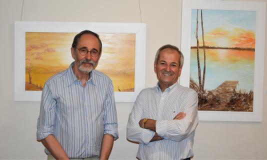 21 El pintor Antonio Aráez y el guitarrista compositor Tomás Frutos, en la muestra de pinturas
