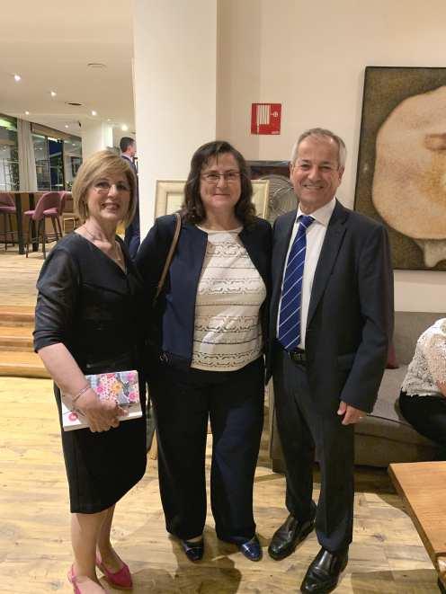 22 Toñi Gonzalez, presidenta del Jimbee Roldán FSF, actual campeón de Europa, entre Isabel Mª Moreno y el pintor Antonio Aráez Garcia, en AIF, Madrid