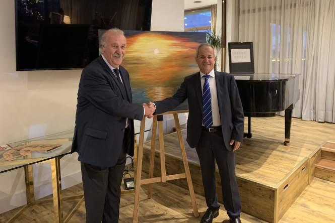 23 El marqués D. Vicente Del Bosque apoyando al pintor murciano Antonio Aráez García por la exposición de pintura en AIF, Madrid