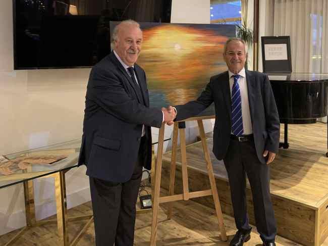 24 El marqués y seleccionador D. Vicente Del Bosque estrechando la mano con el pintor murciano Antonio Aráez García durante la exposición de pintura en AIF, Madrid