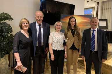 25 El seleccionador nacional D. Vicente Del Bosque con el pintor murciano Antonio Aráez García, Isabel,Encarna y Elisabet, en la exposición de pintura en AIF, Madrid