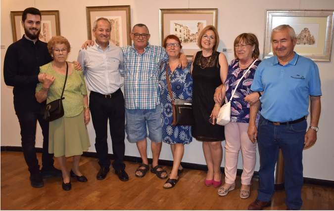 26 El pintor Antonio Araez fotografiado con unos seguidores entre los que figuran su hijo, madre y esposa del artista