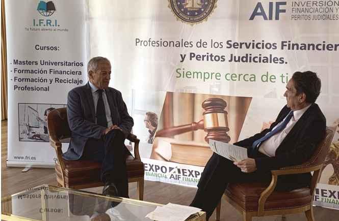 31 El pintor murciano Antonio Aráez García siendo entrevistado por el periodista madrileño, durante la exposición de sus pinturas en AIF, Club Financiero Génova, Madr