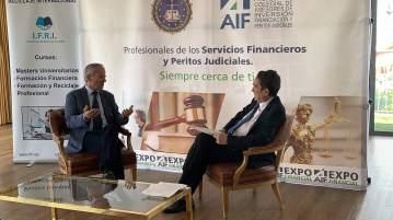 32 El pintor murciano Antonio Aráez García siendo entrevistado por el periodista madrileño, durante la exposición de sus pinturas en AIF, Club Financiero Génova, Madrid